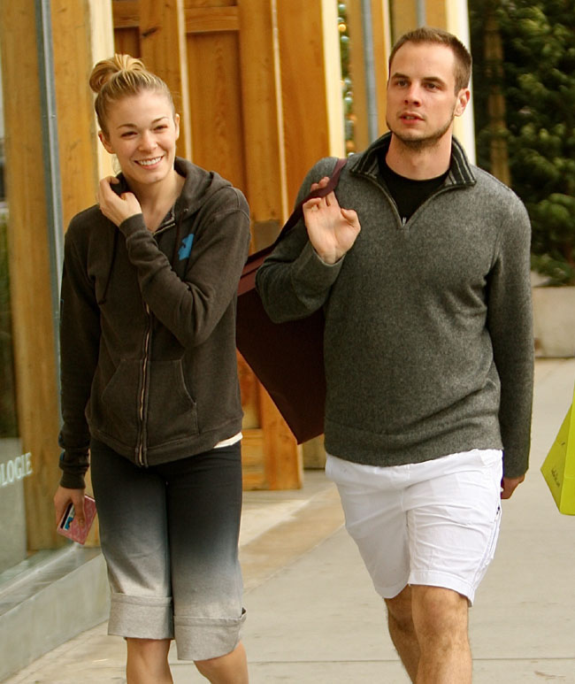 Leann Rimes with her husband go gift shopping
