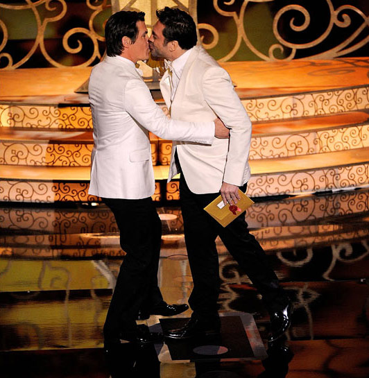 You Didn't See Javier Bardem and Josh Brolin Kiss At The Oscars Because Producers Didn't Know It Was Coming